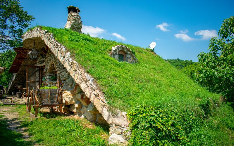Искър-Панега, пещера Очите на Бога, Каменните къщи